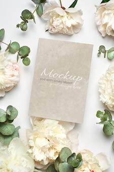 흰 모란 꽃과 유칼립투스 나뭇 가지가있는 초대장 또는 인사말 카드 고정 모형