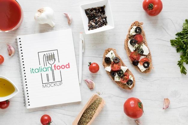 ノートブックのモックアップとイタリア料理の品揃え
