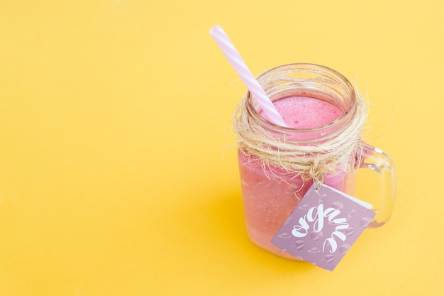 Mockup di barattolo con yogurt rosa