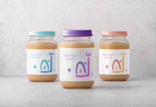 栄養価の高い離乳食のアレンジメントを備えた瓶