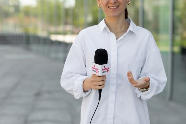 Giornalista che tiene un modello di microfono
