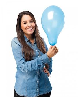 파란 풍선으로 즐거운 여자 무료 PSD 파일