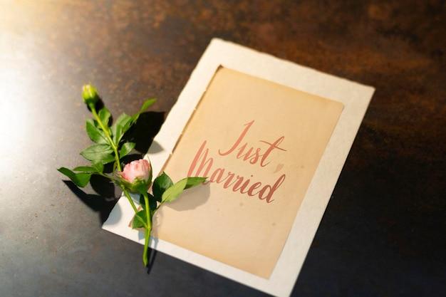 結婚したばかりの花カードのモックアップ