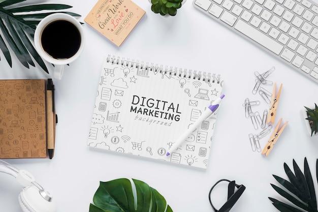 키보드 식물 커피와 노트북 모형