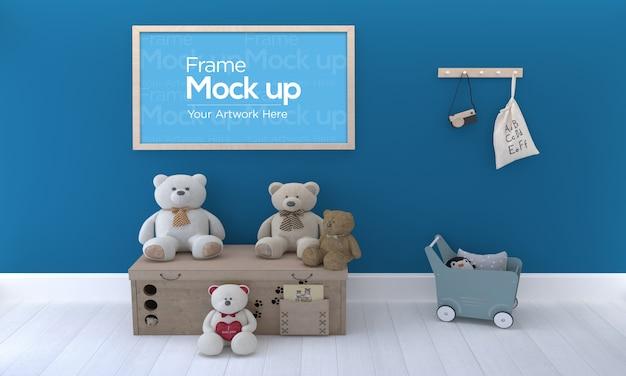 Детская фоторамка mockup design с плюшевым мишкой на деревянной коробке