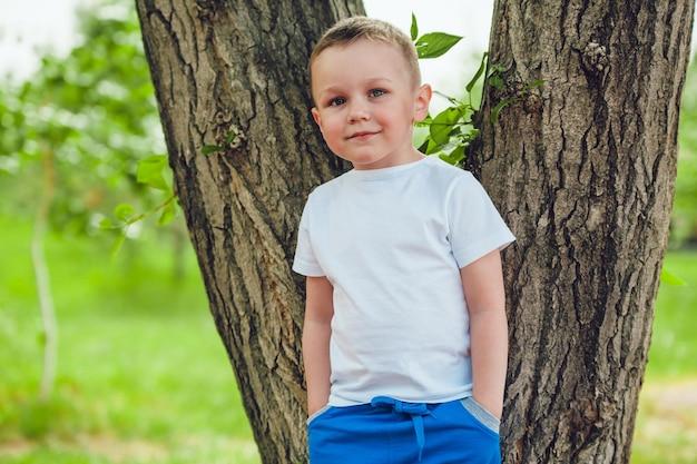 Дизайн мокапа детской футболки