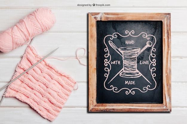 슬레이트와 핑크색 양모로 뜨개질 개념