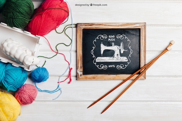 슬레이트에 막대기로 뜨개질 개념
