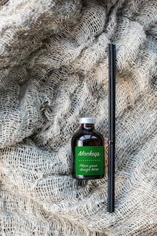 Макет этикетки ароматического диффузора из стеклянной бутылки с металлической крышкой и бамбуковыми палочками