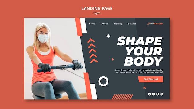 의료용 마스크를 쓴 여성과 함께 체육관 운동을 위한 방문 페이지 템플릿