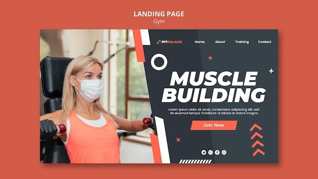Modello di pagina di destinazione per allenamento in palestra con donna che indossa una maschera medica