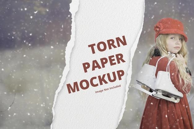 破れた紙の効果を持つ風景バナーのモックアップ