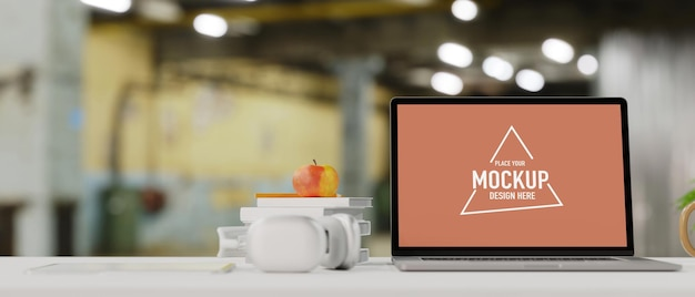 ノートパソコンの空の画面のモックアップヘッドフォンは、背景がぼやけたアップルホワイトコピースペースを予約します