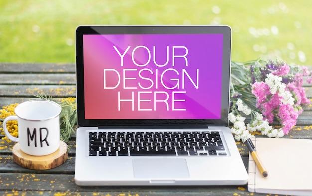 Макет ноутбука за весенним столом