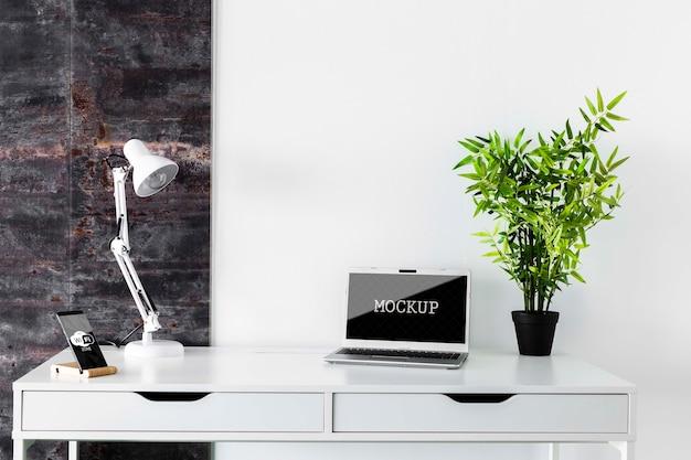 モダンな机の上のノートパソコンのモックアップ
