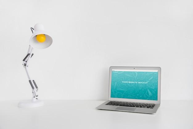다시 학교 개념으로 웹 사이트 프리젠 테이션을위한 노트북 모형