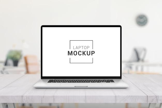 オフィスの机の上のラップトップのモックアップ