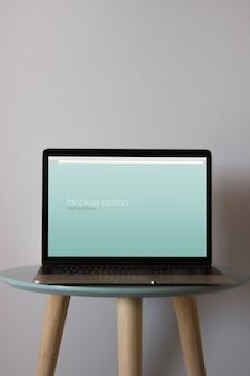 Макет ноутбука на круглом столе