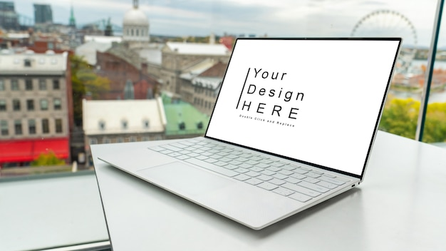 Макет ноутбука на столе на открытой местности
