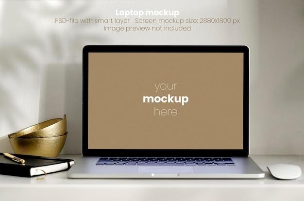 Макет ноутбука на белом рабочем столе