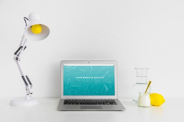 Mockup portatile per la presentazione del sito web con il concetto di ritorno a scuola