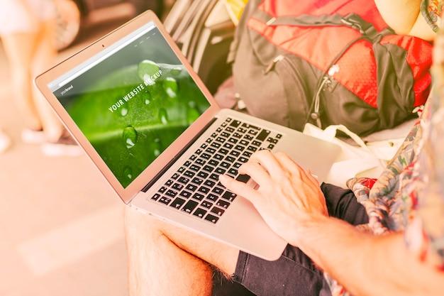 자연 컨셉에서 캠핑 노트북 이랑