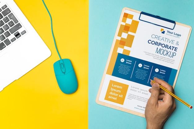 ノートパソコン、マウス、クリップボードの上面図