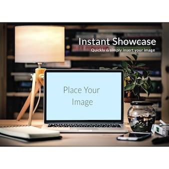 Il computer portatile sul desktop di ufficio si imita
