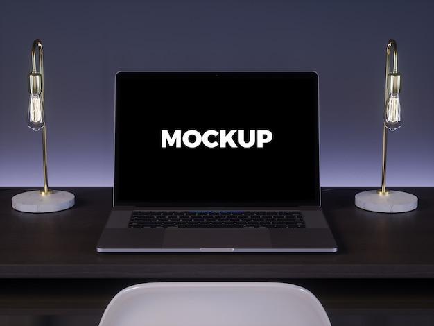 Ноутбук на темном столе макет