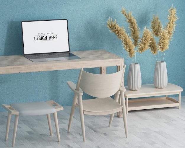 Ноутбук на столе в макете рабочего пространства