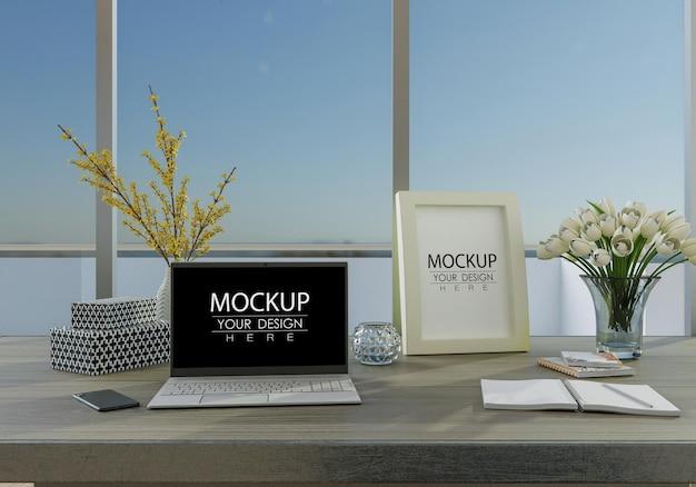 作業スペースのモックアップの机の上のラップトップ