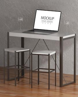 作業スペースpsdモックアップの机の上のラップトップ