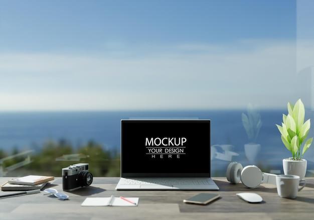 Ноутбук на столе в макете рабочей области