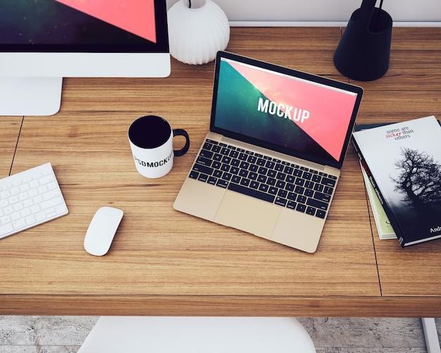 Ноутбук на рабочем столе сверху
