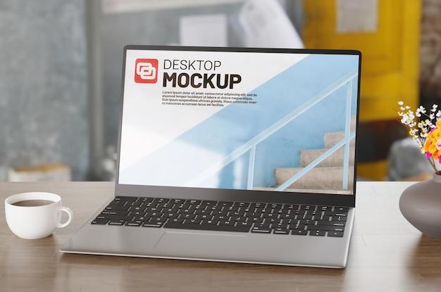 部屋のノートパソコンの画面のモックアップ