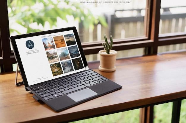 카페 개념을 작업하는 테이블에 있는 노트북 화면 모형