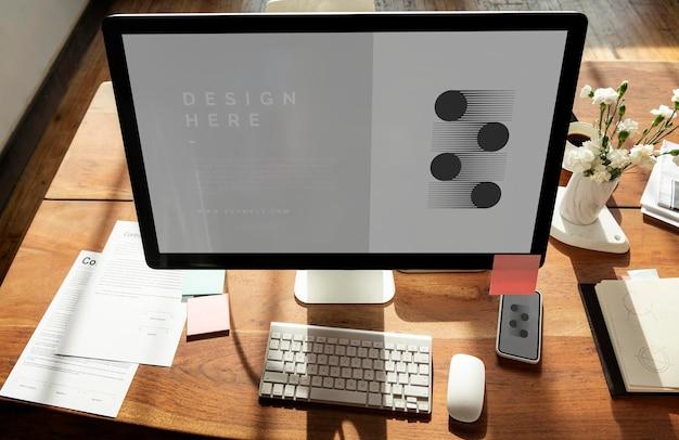 木製のテーブルのノートパソコンの画面のモックアップ