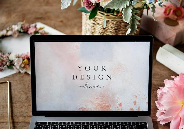 Mockup di schermo del computer portatile su un tavolo