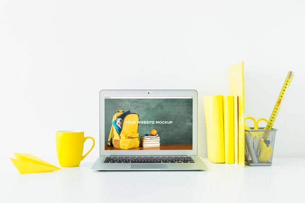 Ноутбук с экраном макета в чистом и опрятном рабочем пространстве. тема образования