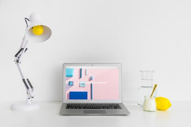 깨끗하고 깔끔한 작업 공간에 모형 화면이있는 노트북. 교육 테마