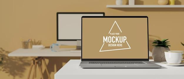机とコンピューターのテーブルにモックアップ画面を備えたラップトップ