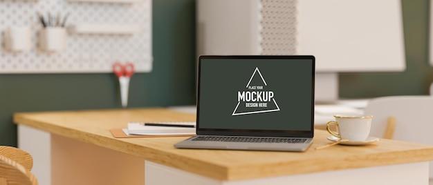 スタイリッシュなオフィス ルームの 3d レンダリングで、木製のテーブルにモックアップ画面を備えたラップトップ