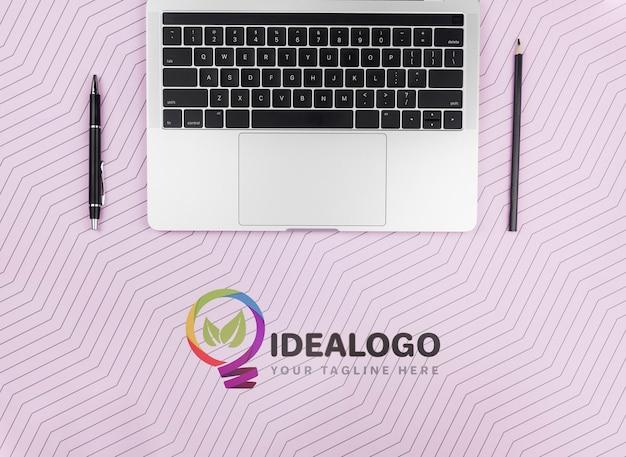 Computer portatile con penna e matita sulla scrivania