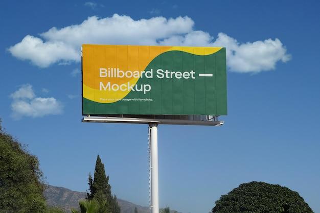 Макет большого рекламного щита на голубом небе с облаками