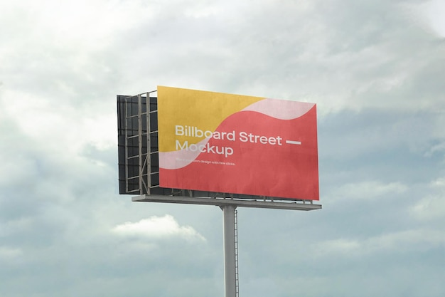 흐린 하늘에 대형 광고판 모형