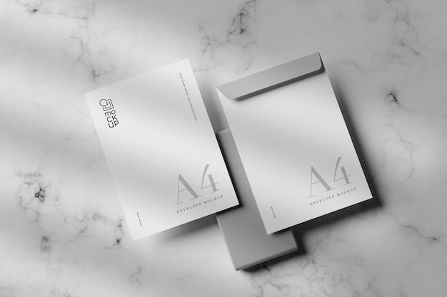 회색 배경 모형에 큰 흰색 봉투