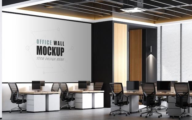 モダンなデザインの壁のモックアップを備えた広い作業スペース