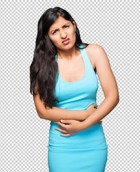 Латинская женщина имея боль в животе