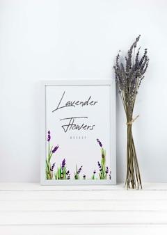 フレームモックアップの横にあるラベンダー色の花