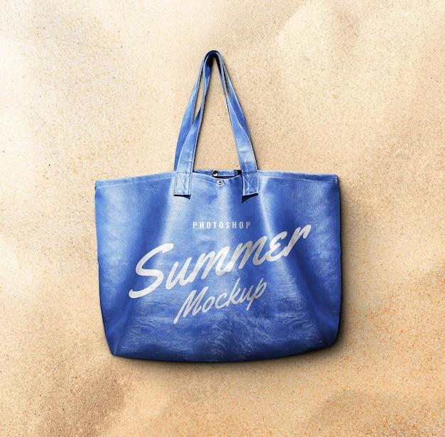 Кожаная сумка на пляже, макет
